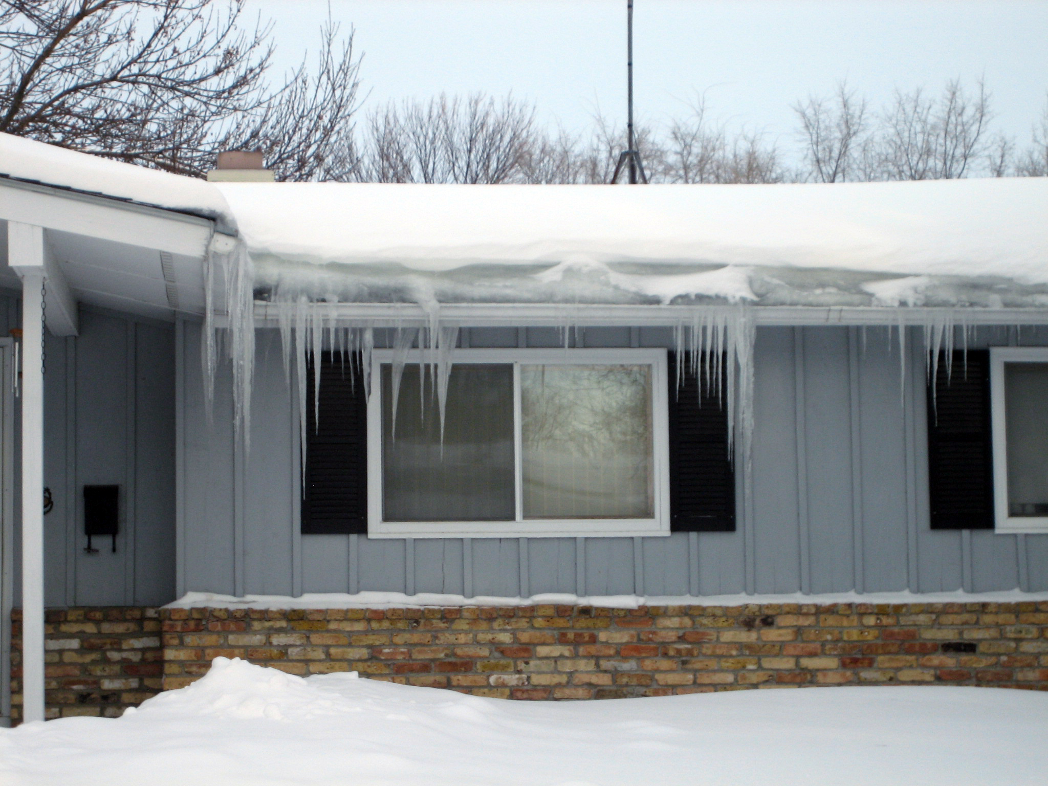 ice dams on a house roof